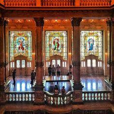 Teatro Municipal do Rio de Janeiro.  Foi inaugurado em 14 de julho de 1909. A foto do interior, apresenta o foyer, todo decorado no estilo Luiz XVI e  os três preciosos vitrais que Fuerstein e Fugel criaram em Stutgart.