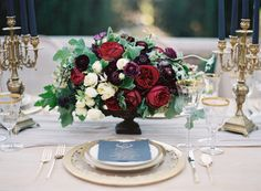 AnythingJoy Proctortouches turns to wedding gold, so when she came on board to styleKurt Boomer'srecent workshop the results were - no surprise - perfection. Designedwith a nod to Old Hollywood, she chose a palette of moody reds, lavender, black and gold andWritten