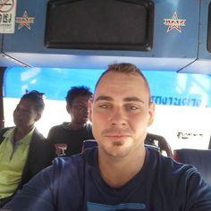 Så rykker vi igen, efter en nat på verdens ringeste hotel ved tog stationen, er vi på en fed lokal bus på vej videre, næste stop er færgen til #Samui, det bliver feeedt man!  Moving on after a night in the worst hotel in the world:) local bus to the ferry terminal to Samui island. Wuup wuup!