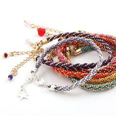Combina com tudo, combina com seu estilo. Pulseira em fio de algodão encerado, sem cheiro, trançadas manualmente com correntes diamantadas.