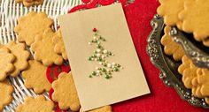 Joulupuu on rakennettu helmistä Christmas Cards, Cookies, Desserts, Food, Christmas E Cards, Crack Crackers, Tailgate Desserts, Deserts, Xmas Cards