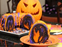 If you want a fun dessert idea for your Halloween party, try this amazing Halloween Rainbow Party Bundt Cake Recipe! so cute for halloween! i love halloween! Halloween Desserts, Bolo Halloween, Halloween Torte, Halloween Backen, Pasteles Halloween, Recetas Halloween, Casa Halloween, Halloween Fruit, Halloween Punch