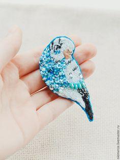 """Купить Вышитая брошь попугай """"Parakeet"""" - брошь птичка, маленькая брошь, вышитая брошь"""