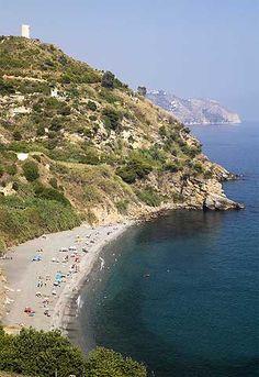 La cala de Maro, situada entre la Torre de Maro y La Caleta, en la costa de Nerja.