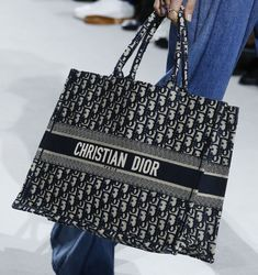 Dior's Spring 2018 Runway Bags Continue the Brand's New, Casual Vision of the Future Dior Handbags, Handbags On Sale, Fashion Handbags, Fashion Bags, Fashion Accessories, High Fashion, Christian Dior Bags, New Fragrances, Vogue Australia