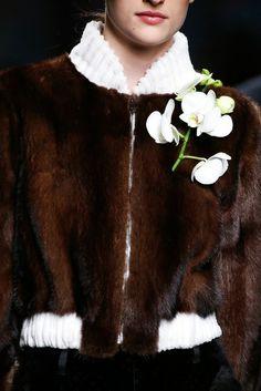 Fendi orchidée #broche #fashion #mode #défilé