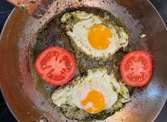 Slik lager du pestoegg | Godt.no Avocado Egg, Pesto, Food To Make, Eggs, Breakfast, Ethnic Recipes, Morning Coffee, Egg, Egg As Food
