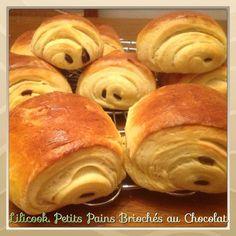 PETITS PET  Voilà....le petit déjeuner est prêt! Voici des Petits Pains briochés au chocolat, une recette que j'ai adaptée au... Thermomix Bread, Thermomix Desserts, Croissants, Cooking Chef, Cooking Recipes, Bolacha Cookies, Good Food, Yummy Food, Bread Cake