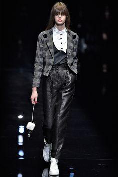Ligia Nottingham: Milan Fashion Week: 10 looks para amar! Emporio Armani  Alfaiataria em preto e branco misturado com o brilho da calça e a esportividade do tênis. E olha a mini bag aí de novo... tendência, moda, inverno, 2017 / 2018