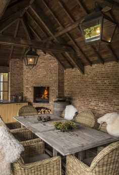 3 Face Brick Designs That Embrace The Natural Beauty Of Clay Outdoor Seating Areas, Outdoor Dining Set, Outdoor Living, Farmhouse Garden, Farmhouse Style, Shed Interior, Brick Design, Dream House Exterior, Outside Living