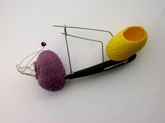 WALTER CHEN.TAIWAN/ES -   Silk cocoons brooch with garnet and onyx  http://walterchen-monteazul.blogspot.pt/