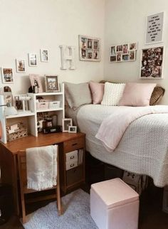 Pink and White Dorm Room Ideas – Desk Storage Ideas Dorm Room Ideas – Dorm Room … Pink and White Dorm Room Ideas – Desk Storage Ideas Dorm Room Ideas – Dorm Room Decor – Dorm Inspiration – College Dorm – Dorm Room Organization – College Hacks Cozy Dorm Room, Cute Dorm Rooms, Dorm Room Desk, Uni Room, Dorm Desk Decor, Dorm Room Closet, Diy Desk, Small Apartment Bedrooms, Small Apartments