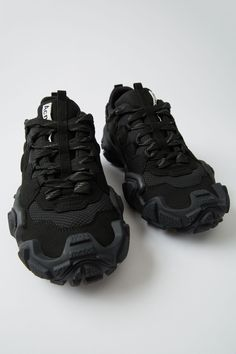 Acne Studios Bolzter W black/black are technical sneakers with heavily textured rubber soles. Sneaker Games, Sneaker Art, Sneaker Boots, Chunky Sneakers, All Black Sneakers, Sport Fashion, Fashion Shoes, Khloe Kardashian Style, Hiking Sneakers