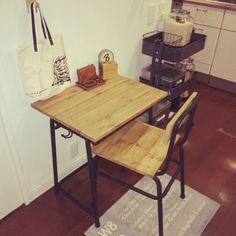ロハスフェスタで購入していた学校の机&椅子お友達に素敵にリメイクしてもらいました(=ω)ノ すごくかっこいい〜!!ちょっとパソコンしたりコーヒー飲んだりしたくなる場所ができて嬉しい(=゚ω゚)ノ