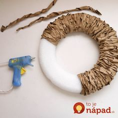 Like this look better than the wrapped yarn: Paper Bag Fall Wreath.Can do Spring and Summer too! All you need are a few paper bags and a foam round for making this pretty Fall wreath that will look great on your front door. Adorn with a few acorns or an Diy Fall Wreath, Wreath Crafts, Fall Diy, Fall Wreaths, Christmas Wreaths, Paper Crafts, Summer Wreath, Wreath Ideas, Diy Paper