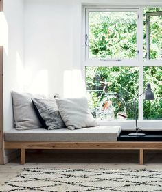 Sådan bygger du din egen daybedMake your own DIY daybed using common items like cushions, wood furniture legs, and an old door. (Instructions in Danish.)DIY daybed with storage! DIY Daybed with Storage ! Wood Furniture Legs, Furniture Plans, Cool Furniture, Bedroom Furniture, Furniture Design, Furniture Buyers, Furniture Stores, Chaise Longue Diy, Modul Sofa