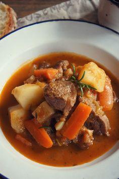 La carne de jarrete o morcilloes muy jugosa, tiene mucha gelatina, con muchas vetas . A la vez una carne muy sabrosa que bi...