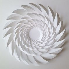 Quando pensamos em papel, logo vem em mente a utilização mais comum, como suporte para impressão ou escrita, no máximo pensamos na utilização do mesmo em embalagens. Mas existem no mundo pessoas mu…