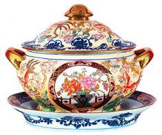 Sopeira com presentoir de porcelana chinesa, decoração floral em policromia. Medidas: sopeira 28 x 3