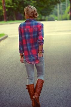Casual Fall Outfit Red and Blue Flannel Shirt, Light-Wash Jeans, and Brown Riding Boots Looks Chic, Looks Style, Style Me, Look Fashion, Street Fashion, Womens Fashion, Plaid Fashion, Fashion Fall, Feminine Fashion
