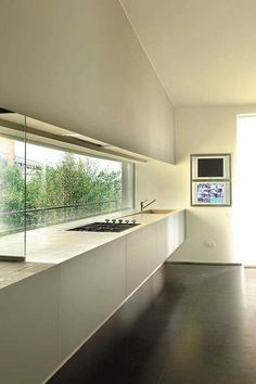 Long window along kitchen top. Villa sul Lago di Garda by Berselli Cassina Architects.