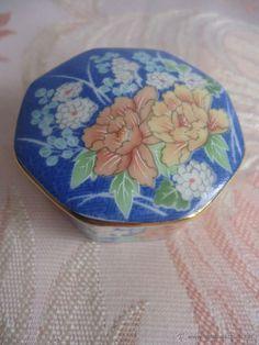Cajita de porcelana japonesa o de China, ver sello rojo.