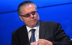 Der russische Wirtschaftsminister Alexej Uljukajew ist bei der Annahme von zwei Millionen Dollar Schmiergeld auf frischer Tat ertappt und festgenommen, wie die amtierende Sprecherin der Untersuchungskommission in Moskau, Swetlana Petrenko, mitteilte. Ermittelt werde nun wegen möglicher Erpressung von Vertretern des staatlichen Ölkonzerns Rosneft.