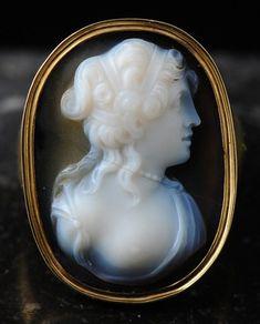 Camées / Néo-classique / Bague en or ornée d'un camée du 18e siècle.