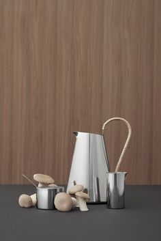 Sculptural design With its rounded shapes, Freja is a lovely, sculptural pitcher that stands the test of time. The basket-weave handle made of sun-dried bast contrasts with the stainless steel pitcher and will develop a patina and become even more beautiful over time.