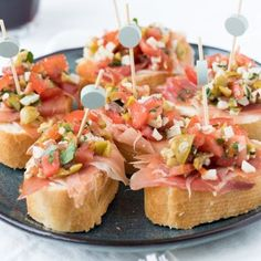 Puff pastry rolls with raw ham - Clean Eating Snacks Bruchetta, Party Food And Drinks, Snacks Für Party, Tapas Dinner, Bite Size Food, High Tea, Clean Eating Snacks, Salsa, Sandwiches