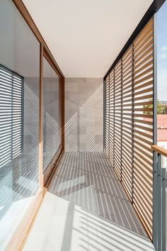 Spanish studio Alventosa Morell Arquitectes designed the CP House, a narrow but generously day-lit home squeezed between two buildings in Barcelona. Space Architecture, Contemporary Architecture, Balcony Design, Facade House, Door Design, Interior And Exterior, Pergola, New Homes, Warehouse