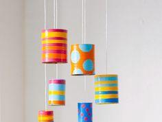 bricolage enfant facile, des boites de conserve, repeintes à motifs divers, rayures, pois colorés, activité manuelle primaire maternelle, mobile musical diy