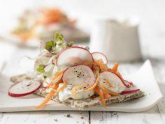Für Kalorienbewusste: Knäcke mit Gurkenquark und Radieschensprossen - smarter - Kalorien: 80 Kcal - Zeit: 15 Min. | http://eatsmarter.de/rezepte/knaecke-gurkenquark
