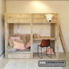 Steigerhouten hoogslaper Celine is niet alleen een prachtig kinderbed, maar eigenlijk alles voor de kinderkamer: een bed, bureau, zitje en opbergruimte.
