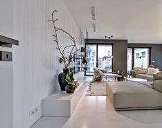 Antracitová barva stěn pomáhá potlačit ne právě ideální hnědý odstín okenních rámů a dveří.