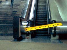...por fita isolando a escada rolante