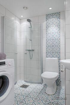 Világosszürke falak, festett fehér fa padló, színes kiegészítők - 70nm-es lakás