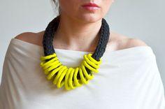 Fabuleux frais de couleur collier déclaration en polymère vert / jaune au fusain noir coton filé et irrégulier cerceaux de largile.  Un collier à la mode et