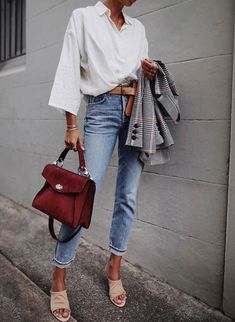 Look feminino - look fashion - look com calça jeans - look com camisa branca - look com bolsa - look com blazer look com cinto - blazer cinza - bolsa vinho - camisa branca - calça jeans clara Fashion Week, Look Fashion, Trendy Fashion, Winter Fashion, Fashion Trends, Korean Fashion, Latest Fashion, Fashion Beauty, Womens Fashion