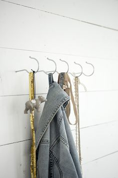 Small and easy DIY´s on how to use clothes hangers in different ways (here as hooks on the wall) - Jeanette Lunde kkliving. Wooden Hangers, Diy Hangers, Hanger Hooks, Metal Hangers, Small Space Interior Design, Coat Stands, Coat Hanger, Craft Fairs, Diy Furniture