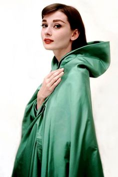 аudrey Hepburn weаring a Givenchy cape in a promotional photo for Funny Face 1957. History Lovers Club (@historylvrsclub) | Twitter