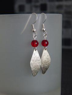 """Boucles d'oreille """"Lozana"""" argentées et perle rouge rubis : Boucles d'oreille par bijou-lie"""