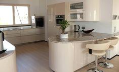 Großzügige Küche mit runden Elementen und einer kleinen Barlösung Bar, Table, Furniture, Home Decor, Interior Design, Home Interior Design, Desk, Tabletop, Arredamento