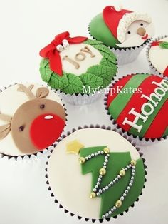 20 Gorgeous Christmas Cupcakes, a collection of inspiring cupcakes for your holiday spread! 20 Gorgeous Christmas Cupcakes, a collection of inspiring cupcakes for your holiday spread! Ahhh, can you feel it? The magical feeling Xmas Food, Christmas Sweets, Christmas Cooking, Noel Christmas, Christmas Goodies, Holiday Cupcakes, Mocha Cupcakes, Banana Cupcakes, Strawberry Cupcakes