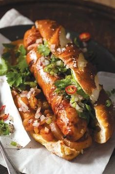 Gourmet hot dog with red onion, chilli and coriander salsa, perfect for bonfire night . Dog Recipes, Cooking Recipes, Oats Recipes, Burger Recipes, Grilled Bratwurst, Bratwurst Sausage, Bonfire Night Food, Gourmet Hot Dogs, Gourmet Burgers