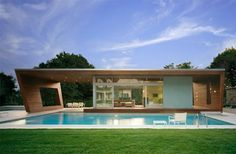 Have you ever seen a swimming pool house as gorgeous as this? New York based Hariri & Hariri Architecture designed this swimming pool house in Plans Architecture, Modern Architecture House, Architecture Design, Garden Architecture, Residential Architecture, Modern Pool House, Modern House Plans, Zen House, Swimming Pool House
