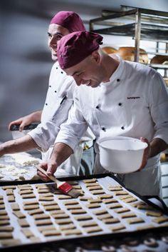 Preparazione dei biscotti nel forno di San Patrignano