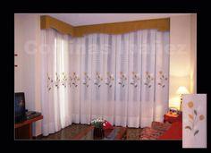 2 cortinas de visillo bordado confeccionados en Tablas/Fuelles y con galería de tela acolchada.