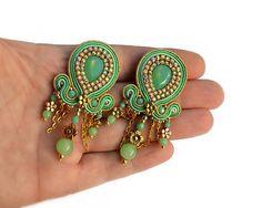 Handgemachte Soutache-Ohrringe - sehr elegant, Blickfang und edel mit grünem Glas Opal Soutache Schmuck - Herr der Ringe - SHIRE