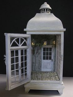 Found on Dollhouse & Miniature Rosy lantern doll house Vitrine Miniature, Miniature Rooms, Miniature Fairy Gardens, Miniature Houses, Miniture Dollhouse, Miniature Crafts, Miniature Furniture, Cage Deco, Fairy Lanterns